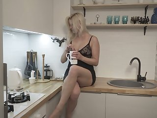 Spoiled and kinky Jessica Best enjoys nothing but some good morning masturbation