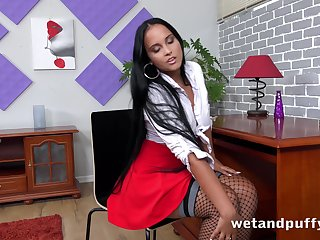 Luscious babe Jennifer Mendes is toying sex-starved snatch